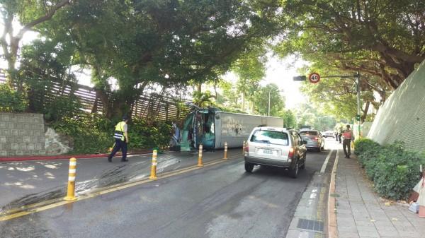 華興中學的校車,下山回停車場時,在國安局門前發生意外。(記者陳恩惠翻攝)