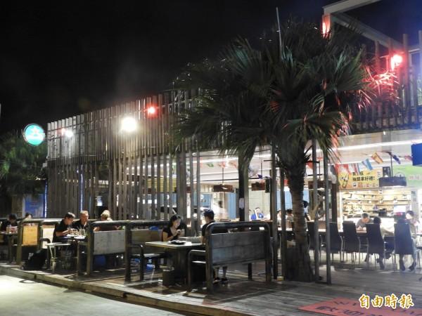 「請上桌國際港灣」餐廳,鄰近安平漁港,吹海風無限暢快。(記者洪瑞琴攝)