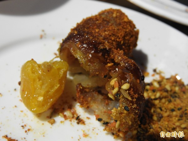 肉片包夾蜂蜜金桔,意想不到的美味絕配。(記者洪瑞琴攝)