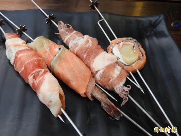 「請上桌國際港灣」創意串燒,鮭魚干貝(右一)、鮭魚美人蝦(左二)等各式食材都是熱點。(記者洪瑞琴攝)
