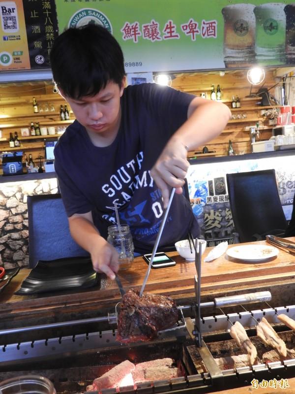 「請上桌國際港灣」有創意串燒之外,鮮切菲力,桌邊現烤現食,肉質鮮嫩不柴硬。(記者洪瑞琴攝)