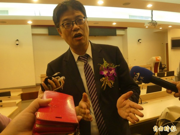 陆委会副主委邱垂正强调,对于中国打压台湾必须有所回应,感谢金门乡亲的体谅。(记者吴正庭摄)
