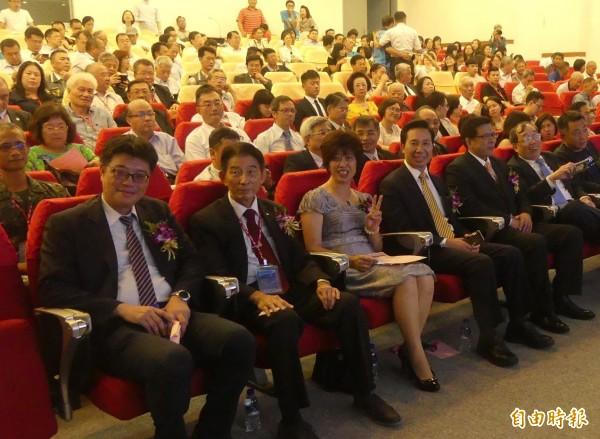 陆委会副主委邱垂正(前左一)与金门县长陈福海(前左四)、议长洪丽萍(前左三)等人,出席金大新任校长陈建民(前左五)就职典礼。(记者吴正庭摄)