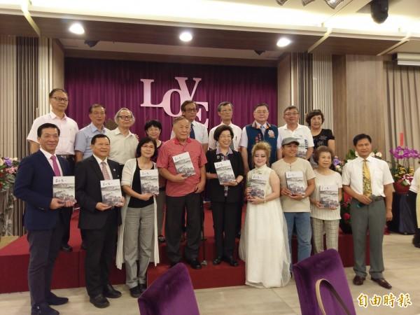 監察院長張博雅(前左五)今天與先生紀展南(前左四)、新書作者群與受訪者合影。(記者王善嬿攝)