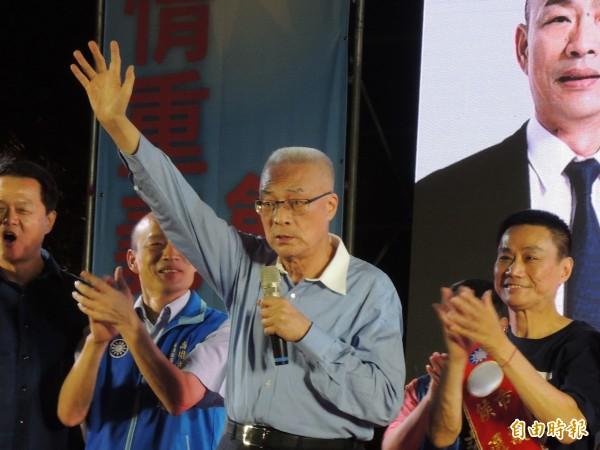 国民党主席吴敦义今火力全开,炮轰民进党执政差,并以蔡英文摔倒为例,呼吁11月24日给他倒下。(记者王荣祥摄)