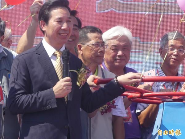 翁明志(中,穿灰色背心)與陳滄江(右二)是民進黨內的多年戰友,連通水儀式都並肩一起。(記者吳正庭攝)