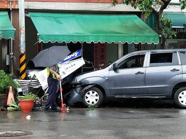 廂型車失控衝撞騎樓停放小客車,警方據報到場處理。(記者張勳騰翻攝)