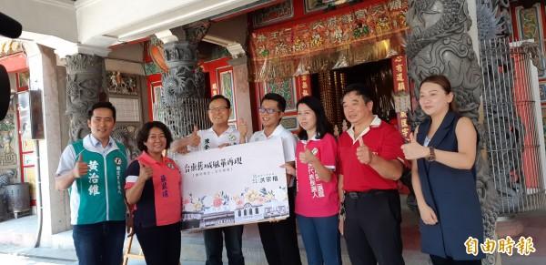 民進黨台東市長參選人洪宗楷(中)今天與同黨多位參選人發表「台東舊城風華再現」政見。 (記者黃明堂攝)