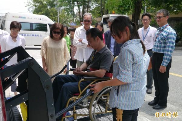花蓮縣申請身心障礙者復康巴士者預約不成率達四分之一,將把18輛復康巴士增至20輛,並配合13輛長照巴士,補足更多身心障礙者就醫、復建的需求。(記者王峻祺攝)