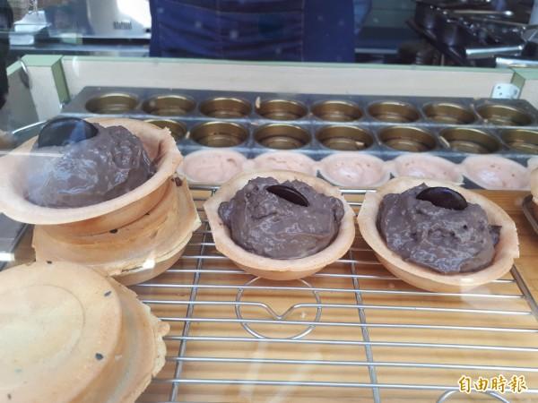 只是是「今日限定」款的紅豆餅到都會印上「小鵲SING」的圖案,讓人如獲得寶物般幸運。而今天的限定款內餡為「熔岩可可」,有兩種巧克力,吃起來口感層次豐富。(記者洪美秀攝)