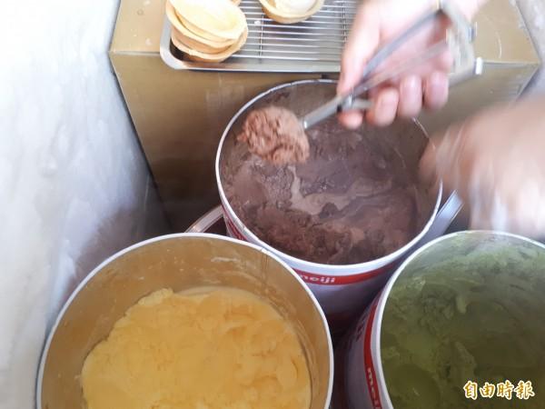 夏天特別款的「冰淇淋」口味紅豆餅。(記者洪美秀攝)