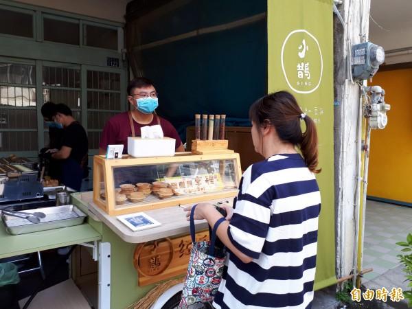 新竹市東南街的這家紅豆餅,每天僅營業幾個鐘頭,卻因餡料爆漿且新鮮,成為人氣紅豆餅店。(記者洪美秀攝)