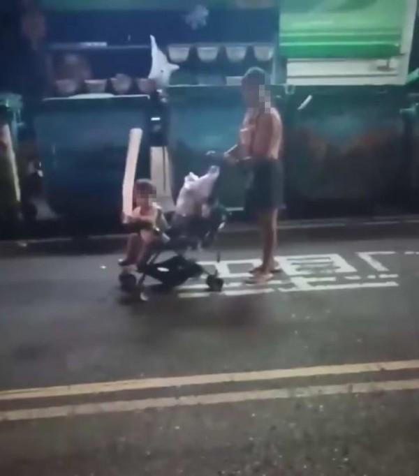 1名婦人推著娃娃車帶年僅2歲的小孩溜達,娃娃車上還有許多袋疑似廚餘食物。(翻攝臉書彰化人大小事)