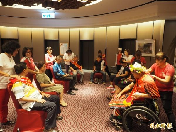 台東市公所今表揚模範父親,貼心設置芳療按摩專區,為父親們紓壓。(記者王秀亭攝)