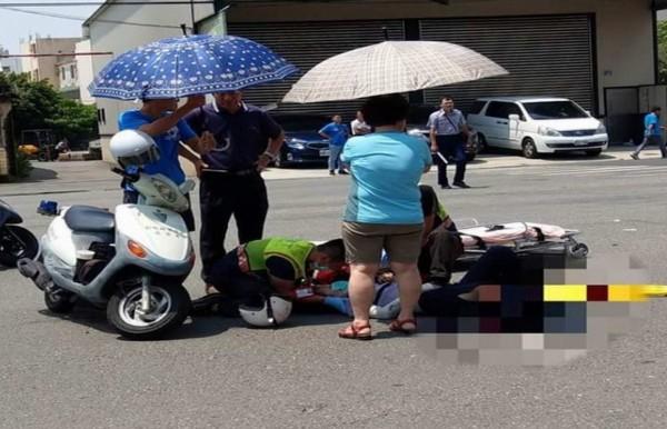 女警遭撞倒地傷勢嚴重。(翻攝臉書爆料公社)