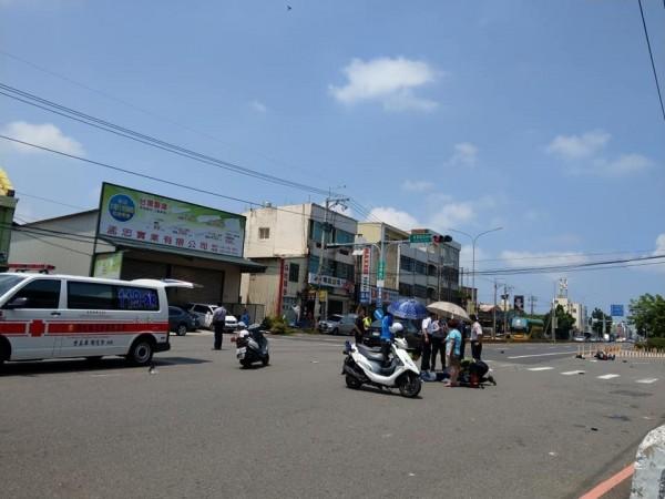 女警騎乘警用機車遭撞飛,傷勢嚴重。(翻攝臉書爆料公社)
