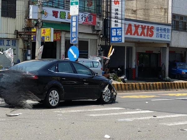 女警遭該輛轎車撞飛,送醫急救傷勢嚴重。(翻攝臉書爆料公社)