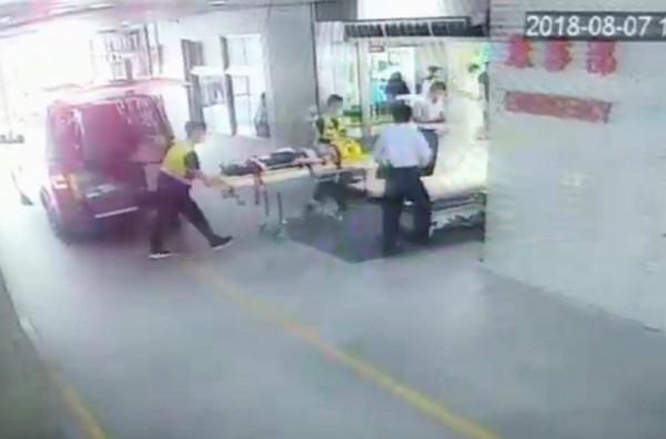 吳姓女警遭撞傷緊急送醫搶救,有生命危險。(記者湯世名翻攝)