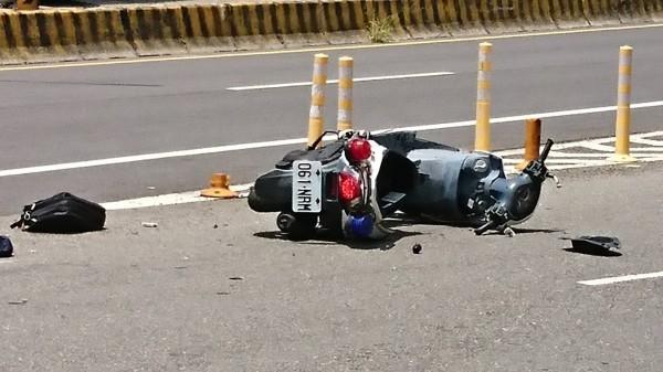 吳姓女警遭撞飛傷勢嚴重,警用機車嚴重毀損。(記者湯世名翻攝)