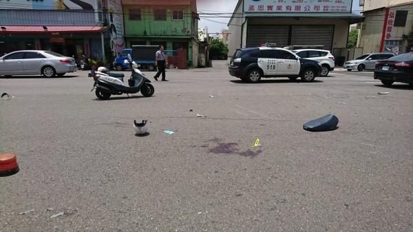 吳姓女警遭撞飛傷勢嚴重,警用機車嚴重毀損,現場血跡斑斑。(記者湯世名翻攝)