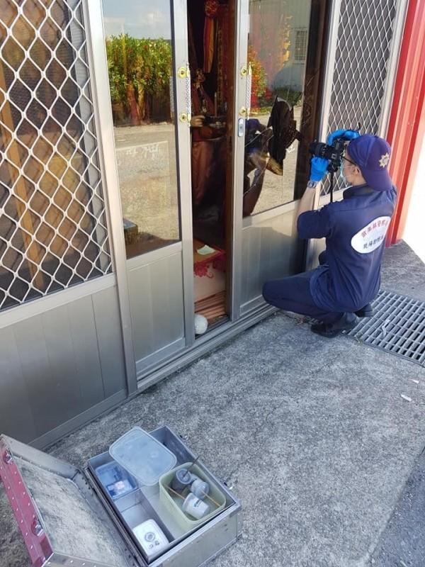 寺壇城隍爺金牌被偷,警方到場採證。(翻攝自「爆料公社」)