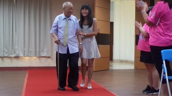 新豐鄉101歲的鄧爺爺今受受邀擔任新竹「愛老人金曲獎」入圍名單揭曉嘉賓,在眾人祝福下走紅毯,切蛋糕歡度父親節。(記者廖雪茹攝)