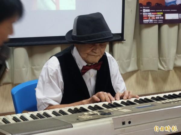 李爺爺雙眼弱視,卻無師自通,平時在家以一台二手鍵盤自學,自娛娛人。(記者廖雪茹攝)