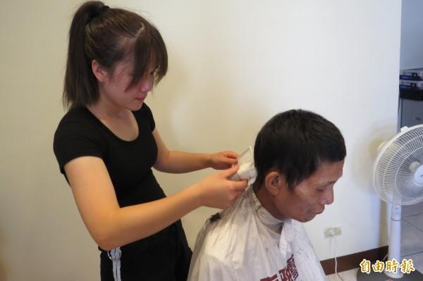 蘇慧君幫癌末父親修剪頭髮,獻上滿滿的愛。(記者蔡彰盛攝)