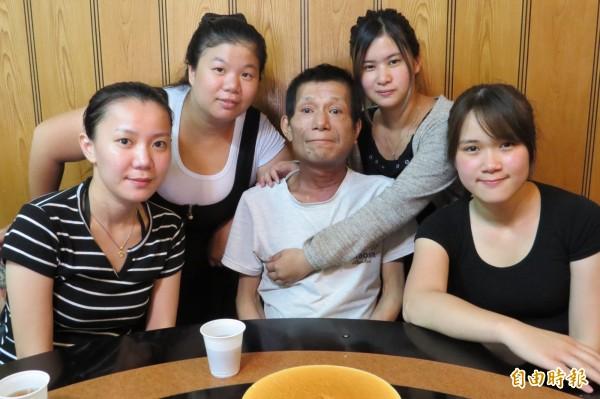蘇慧君(右)4姊妹幫癌末父親慶祝父親節,感激他的養育之恩。(記者蔡彰盛攝)
