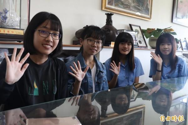 蘭陽女中則有3人錄取台大,陳妍曦(左)錄取職能治療,孫素曦(右)錄取法律系,(右2)唐旋錄取清華大學教育與學習科技學系公費生,(左二)張博琳則錄取台北大學法律系。(記者林敬倫攝)