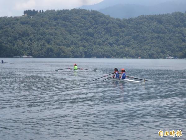 全國划船錦標賽暨青年奧運國手選拔,於日月潭月牙灣登場,全國各地選手於水上拚博,爭取佳績。(記者劉濱銓攝)