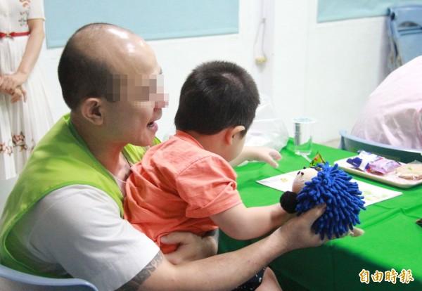 彰化看守所舉行父親節舉行懇親,父子互動DIY刺蝟布偶,建立感情。(記者陳冠備攝)