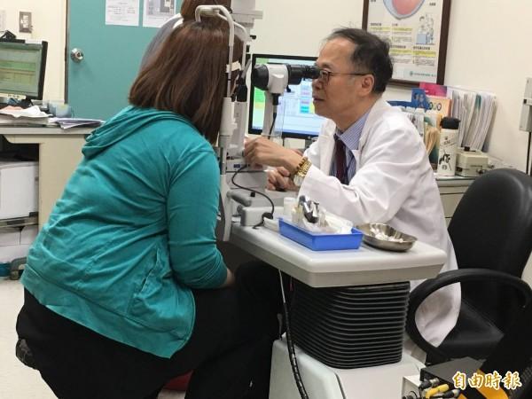 新竹國泰醫院眼科主任陳瑩山說,近來門診裡有不少的病例,皆是30歲左右的人患有假性近視和老花。(記者蔡彰盛攝)
