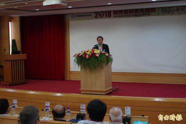 勞動部政務次長施克和期許石化業精進製程安全,提升國際競爭力。(記者林國賢攝)