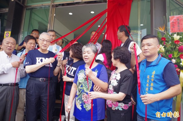 國民黨提名嘉義市長參選人黃敏惠競選總部揭牌,國民黨主席吳敦義(左二)出席、讚黃勇敢承擔、要全力支持。(記者王善嬿攝)