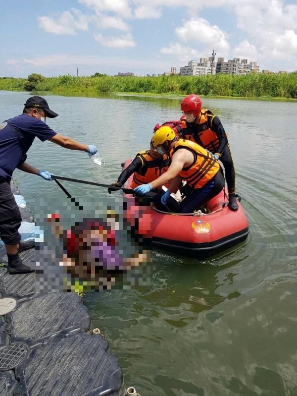 宜蘭市宜蘭河今日上午傳出有民眾發現一名男子跳河,消防方才打撈出屍體。(記者林敬倫翻攝)