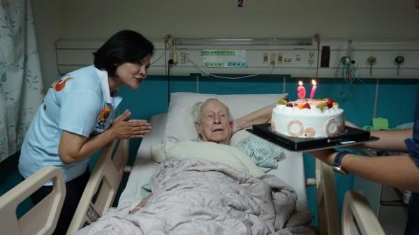 雲林縣長參選人張麗善買了蛋糕幫畢耀遠神父慶生並祝福「父親節快樂」。(記者廖淑玲攝)