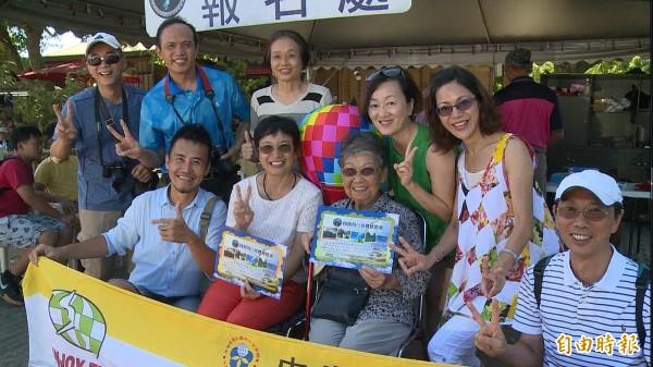 93歲金吳瑞琳(前排左三)成功挑戰飛行傘,與同團團員開心合照。(記者王秀亭攝)