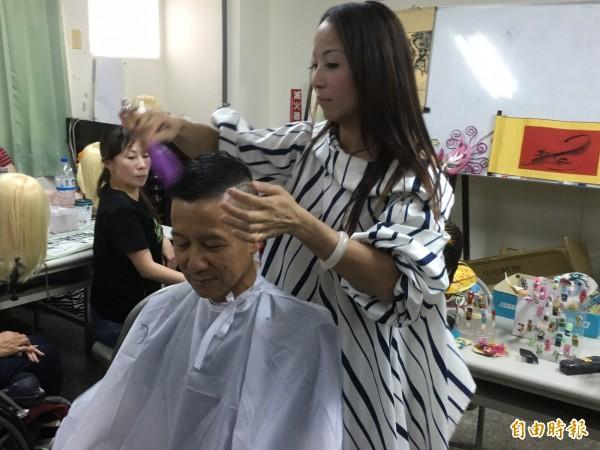 吳淑苓從事美髮近30年資歷。(記者林國賢攝)