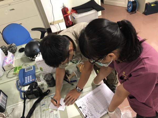 小黑熊今天搭直升機送到台灣中部的特生中心照顧,出發前做最後檢查及確認。(林務局提供)