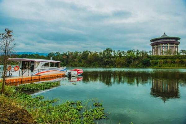 峨眉湖的綠能電動遊艇碼頭,位在細茅埔吊橋旁。(峨眉鄉公所提供)