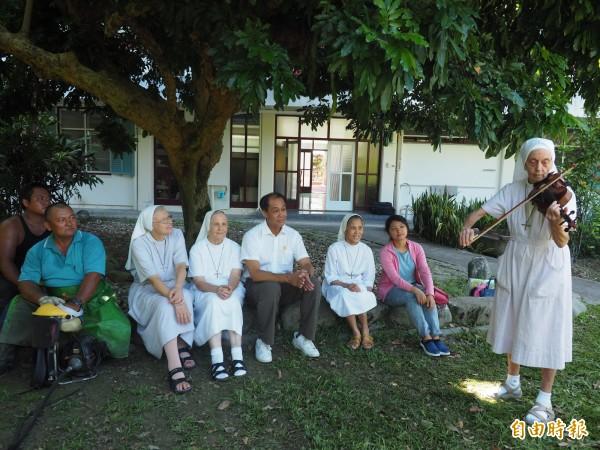 83歲瑞士籍修女饒培德(站立者)在父親節演奏小提琴,感謝林管處關山工作站的長期協助。(記者王秀亭攝)