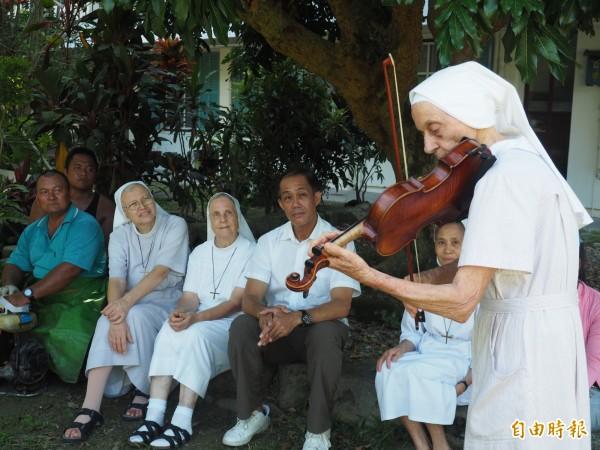 饒培德修女難得公開演奏小提琴,就為了感謝林管處關山工作站人員。(記者王秀亭攝)