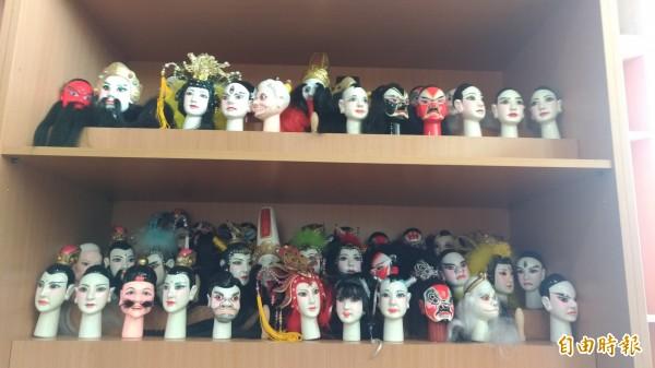 「偶的家」園區陳列各種角色的戲偶雕刻,也教遊客DIY。(記者廖淑玲攝)