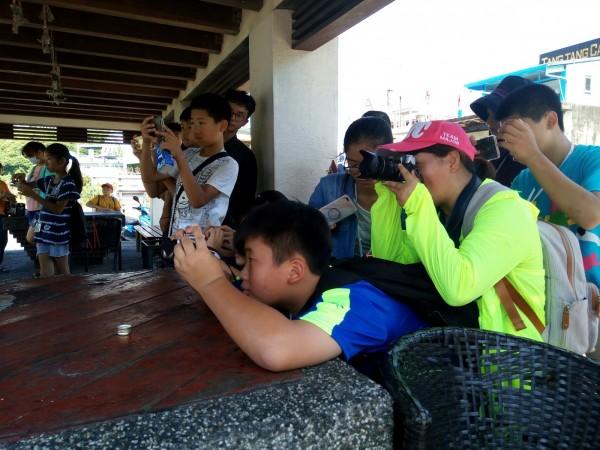 南安國小學童拿起相機記錄家鄉。(記者張議晨翻攝)