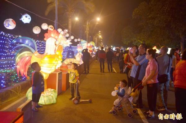 元宵燈會總吸引許多人的目光。(記者葉永騫攝)