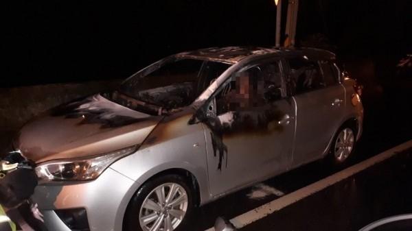 芬園鄉139線大彰路今晚驚傳火燒車,消防員撲滅火勢後赫然在駕駛座發現1具焦屍。(記者湯世名翻攝)
