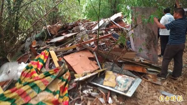 現場堆放大量事業廢棄物,不乏攤架及大型看板。(記者廖淑玲攝)