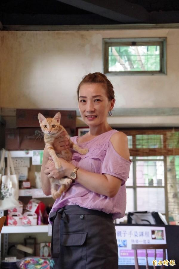 徐圓榕是愛貓一族,她歡迎顧客攜帶寵物來用餐。(記者曾迺強攝)