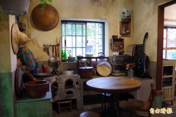 徐徐品創內已經沒有在使用的廚房,保留過去的石砌爐灶,讓遊客參觀。(記者曾迺強攝)